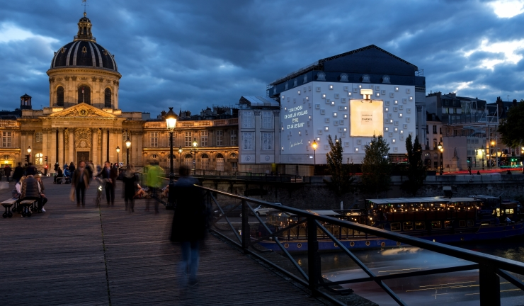 JDecaux publicité lumineuse géante communication visuelle xxl facade communicante street art habillage et creation evenementielle Institut de France Paris grands magasins Ford voitures